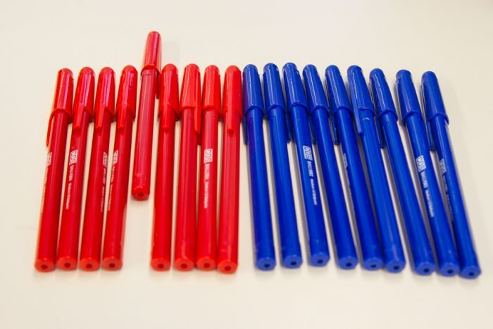 Coloured pens lined up separately in red and blue colours.